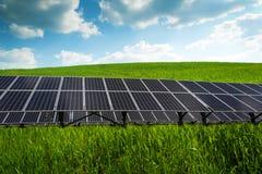 Sonnenkollektor und erneuerbare Energie stockfotografie