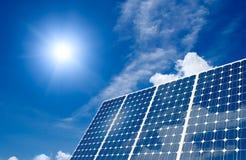 Sonnenkollektor und Sonne Lizenzfreies Stockfoto