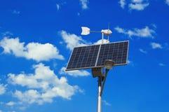 Sonnenkollektor und Windmühle Lizenzfreies Stockfoto