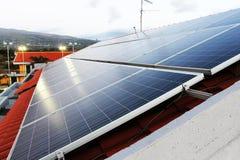 Sonnenkollektoranlage auf einem Dach Lizenzfreie Stockbilder