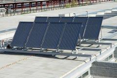 Sonnenkollektoren über einem Gebäudedach Lizenzfreies Stockbild