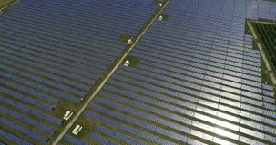 Sonnenkollektoren, alternative Energie, Strom von der Sonne erhalten stock video footage