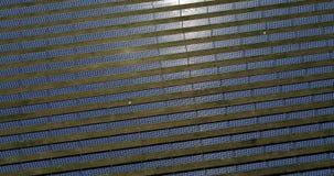 Sonnenkollektoren, alternative Energie, Strom von der Sonne erhalten stock footage
