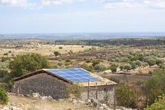 Sonnenkollektoren auf altem Bauernhaus Stockfoto