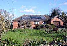 Sonnenkollektoren auf Bungalow-Dach Lizenzfreie Stockfotografie