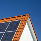 Sonnenkollektoren auf Dach Stockbild