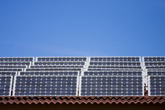 Sonnenkollektoren auf Dach lizenzfreie stockfotos