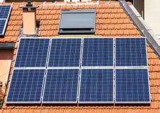 Sonnenkollektoren auf Dach Lizenzfreie Stockfotografie