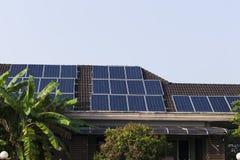 Sonnenkollektoren auf Dach eines Hauses Stockfoto