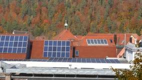 Sonnenkollektoren auf Dachspitzen stock footage