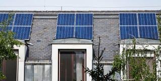 Sonnenkollektoren auf dem Dach Stockfoto