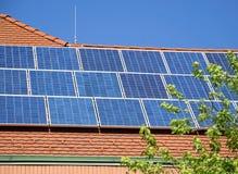 Sonnenkollektoren auf dem Dach Lizenzfreies Stockfoto