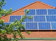 Sonnenkollektoren auf dem Dach Lizenzfreies Stockbild