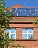 Sonnenkollektoren auf dem Dach Stockfotos