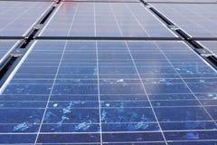 Sonnenkollektoren auf dem Dach.
