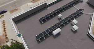 Sonnenkollektoren auf dem Dach stock video footage