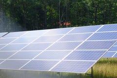 Sonnenkollektoren auf dem Gebiet Stockbild