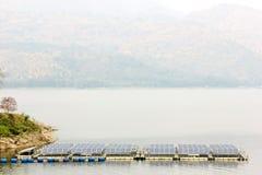 Sonnenkollektoren auf dem Wasser an Srinakarin-Verdammung in Thailand Stockfotos