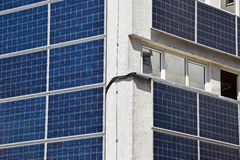 Sonnenkollektoren auf der Wand Stockbild
