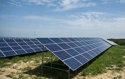 Sonnenkollektoren auf einem Dach Lizenzfreie Stockbilder