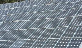 Sonnenkollektoren auf einem Dach Lizenzfreie Stockfotografie