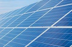 Sonnenkollektoren auf einem Dach Stockbilder