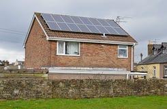 Sonnenkollektoren auf einem Dach Lizenzfreies Stockbild