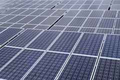 Sonnenkollektoren auf einem Dach Stockfotografie