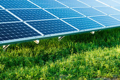 Sonnenkollektoren auf einem Dach stockbild