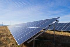 Sonnenkollektoren auf einem Dach Lizenzfreie Stockfotos