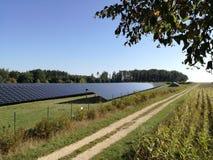 Sonnenkollektoren auf einem Dach Alternative Energie Solarfeld lizenzfreies stockfoto