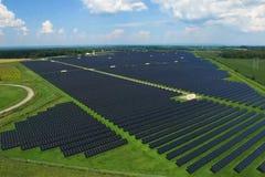 Sonnenkollektoren auf einem Dach Eine alternative Energiequelle Erneuerbare Energiequelle lizenzfreies stockfoto