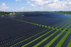Sonnenkollektoren auf einem Dach Eine alternative Energiequelle Erneuerbare Energiequelle stockfotografie