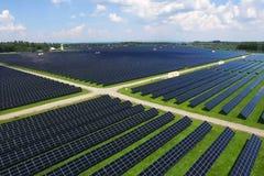 Sonnenkollektoren auf einem Dach Eine alternative Energiequelle Erneuerbare Energiequelle lizenzfreie stockfotos