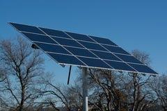Sonnenkollektoren auf einem Gebiet Stockbild