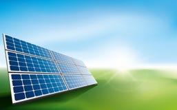 Sonnenkollektoren auf einem Gebiet des Grases Stockbilder
