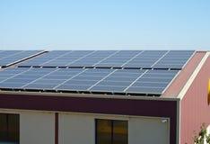 Sonnenkollektoren auf einem Lagerdach Lizenzfreie Stockfotografie
