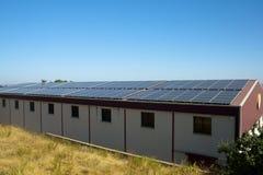 Sonnenkollektoren auf einem Lagerdach Lizenzfreies Stockbild