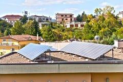 Sonnenkollektoren auf Haus Stockbild
