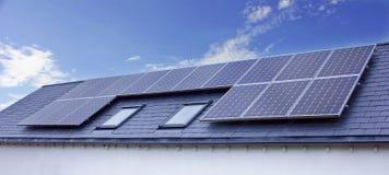 Sonnenkollektoren auf Hausdach stockfotografie