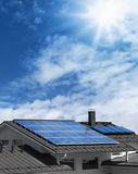 Sonnenkollektoren auf Hausdachspitze Lizenzfreie Stockfotos