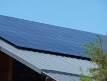Sonnenkollektoren auf neuem Speicher Stockfotografie