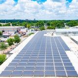Sonnenkollektoren auf städtischer Dachspitze Lizenzfreie Stockfotos