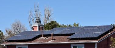 Sonnenkollektoren auf Wohnsitz Stockbild