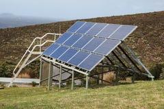 Sonnenkollektoren aufgestellt auf einem Hügel stockbilder
