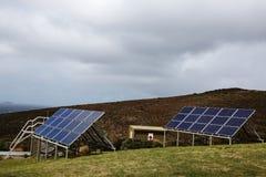 Sonnenkollektoren aufgestellt auf einem Hügel lizenzfreie stockfotos