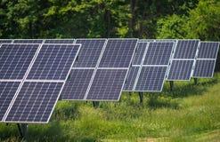 Sonnenkollektoren am Bauernhof, der Strom von der Sonne erfasst Stockfotos