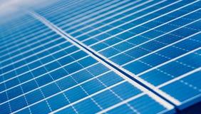 Sonnenkollektoren am Bauernhof, der Strom von der Sonne erfasst Lizenzfreies Stockfoto