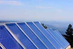 Sonnenkollektoren in den portugiesischen Bergen Stockbild