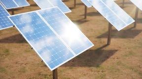 Sonnenkollektoren der Illustration 3D Alternative Energie Konzept der erneuerbarer Energie ?kologische, saubere Energie Sonnenkol stockbilder